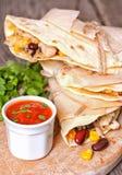 Tortillas mit Huhn, Bohnen, Mais und Käse Stockfoto
