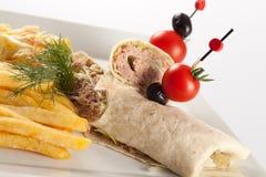 Tortillasandwichverpackungen mit Thunfisch Stockfoto