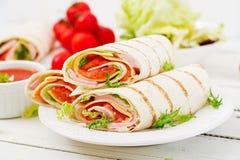 Tortillasjal med skinka, ost och tomater Fotografering för Bildbyråer