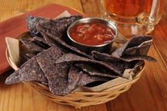 Tortillaspaanders en salsa met bier royalty-vrije stock afbeelding
