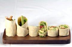 Tortillaverpackung auf hölzerner Mehrlagenplatte Lizenzfreies Stockfoto
