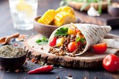 Tortillaverpackung des strengen Vegetariers, Rolle mit gegrillten vegetabes, Linse, Maiskolben Stockbild