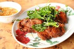 Tortini al curry fritti in grasso bollente del pesce Fotografie Stock