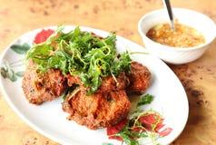Tortini al curry fritti in grasso bollente del pesce Fotografia Stock Libera da Diritti