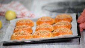 Tortini aperti casalinghi freschi con la mela e lo shtreyzelem - cottura russa tradizionale video d archivio