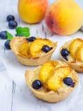 Tortini casalinghi con i frutti immagine stock