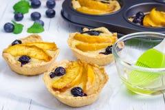 Tortini casalinghi con i frutti fotografia stock libera da diritti