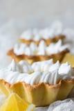 Tortini con la crema e la meringa del limone della crema Fotografia Stock