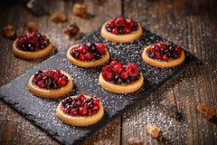 Tortini con le bacche rosse fresche Immagine Stock