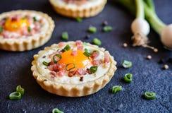 Tortini del bacon e dell'uovo al forno fotografia stock