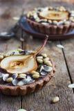 Tortini del cioccolato con la pera ed i dadi Fotografie Stock