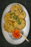 Tortini del plantano con la salsa di peperoncini rossi Immagine Stock