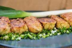 Tortini deliziosi della patata con le erbe e le cipolle Fotografia Stock