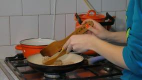 Tortini della frittura della donna in una padella 4k archivi video