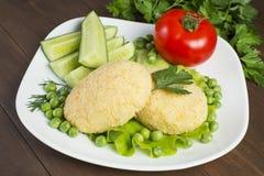 Tortini della patata con il pomodoro, cetriolo, piselli Immagini Stock Libere da Diritti