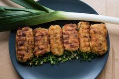 Tortini della patata del vegano con le erbe e le cipolle Fotografia Stock