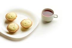 Tortini dello Shortcrust su un piatto con la tazza di tè Fotografia Stock