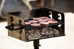 Tortini di manzo su un barbecue Fotografia Stock Libera da Diritti