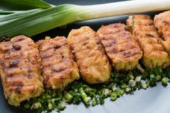 Tortini freschi della patata con le erbe e le cipolle Immagine Stock