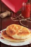 Tortini fritti e un vetro del succo di pomodoro Fotografia Stock