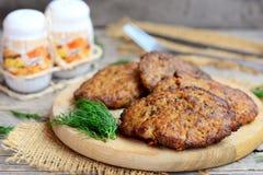 Tortini piccanti del fegato di pollo con le verdure Tortini del fegato di pollo fritto di Brown su un tagliere di legno immagini stock