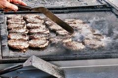 Tortini sugosi della carne dell'hamburger sulla griglia di cottura calda Fotografia Stock Libera da Diritti