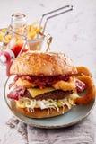 Tortino con l'hamburger degli anelli di cipolla con le patate fritte Fotografie Stock