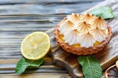 Tortino con la crema e la meringa del limone immagini stock