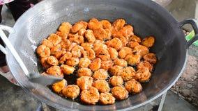 Tortino fritto al curry del pesce che frigge in pentola calda archivi video