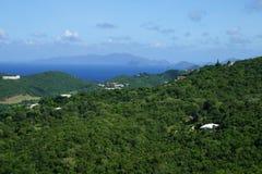 Tortola BVI, cobre com sapê o Cay USVI, o Cay crasso USVI e o ST Opinião das ilhas de John USVI da ilha de St Thomas fotografia de stock royalty free