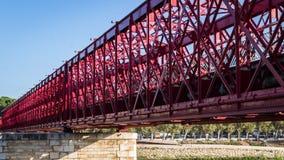 Tortosa, Catalogna, Spagna - vecchio ponte pedonale rosso Fotografia Stock