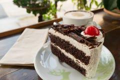Tortowa czekolada i plamy filiżanka na stołowym drewnie Fotografia Stock
