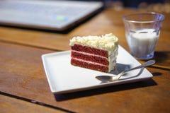 Tortowa czekolada na drewno stołu pracie z laptopu notebookiem Obrazy Royalty Free
