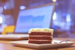 Tortowa czekolada na drewno stołu pracie z laptopu notebookiem Obrazy Stock