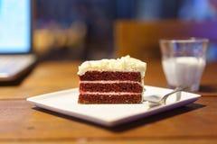 Tortowa czekolada na drewno stołu pracie z laptopu notebookiem Zdjęcie Royalty Free
