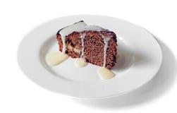 Tortowa czekolada z zgęszczonym mlekiem na białym talerzu Obrazy Royalty Free