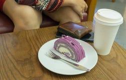 Tortowa i papierowa filiżanka kawy na stołowym drewnie Fotografia Stock