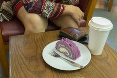 Tortowa i papierowa filiżanka kawy na stole Obrazy Royalty Free