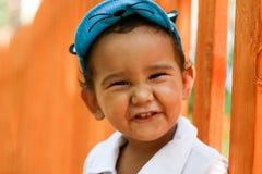 tortowy chłopiec zbliżenie zakrywał twarz target717_1_ starego portret dwa rok Obrazy Stock