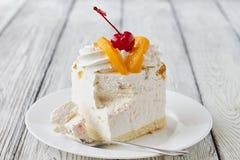 Tortowy deser z brzoskwinią i wiśnią Zdjęcia Royalty Free