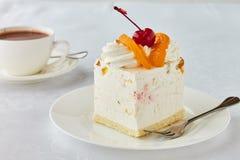 Tortowy deser z brzoskwini, czereśniowej i gorącej czekoladą, Zdjęcie Stock