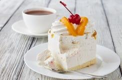 Tortowy deser z brzoskwini, czereśniowej i gorącej czekoladą, Obraz Stock