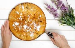 Tortowy kulebiak z jabłko kwiatami obrazy stock