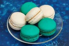Tortowy macaron lub macaroon na błękitnym tle, migdałowi ciastka Zdjęcie Stock