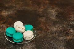 Tortowy macaron lub macaroon na brown tle, migdałowi ciastka Zdjęcie Royalty Free