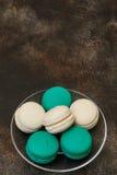 Tortowy macaron lub macaroon na brown tle, migdałowi ciastka Obraz Royalty Free