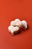 Tortowy macaron lub macaroon na pomarańczowym tle Zdjęcie Royalty Free