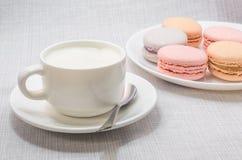 Tortowy macaroon na półkowej i piankowatej kawie Obraz Royalty Free