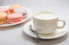 Tortowy macaroon na półkowej i piankowatej kawie, zamyka up Zdjęcie Stock