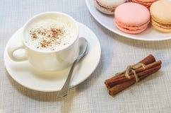 Tortowy macaroon na talerzu, cynamonie i piankowatej kawie, Obraz Stock